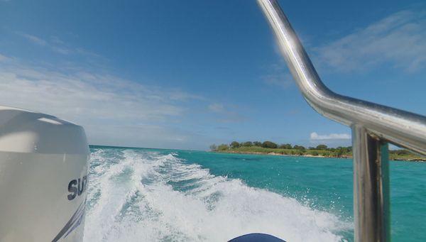 L'Île verte vue de bateau, image d'illustration, Bourail