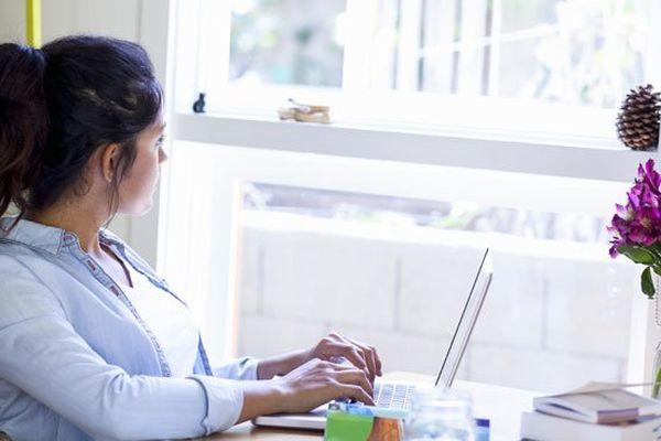 Femme au bureau devant son ordinateur