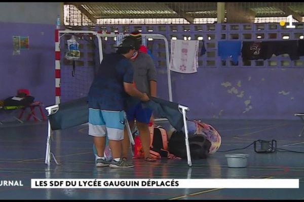 Les SDF hébergés au lycée Gauguin déplacés … en attendant mieux