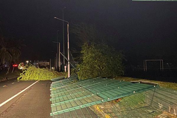 Cyclone Niran, La clôture du stade Pentecost, à l'Anse-vata.