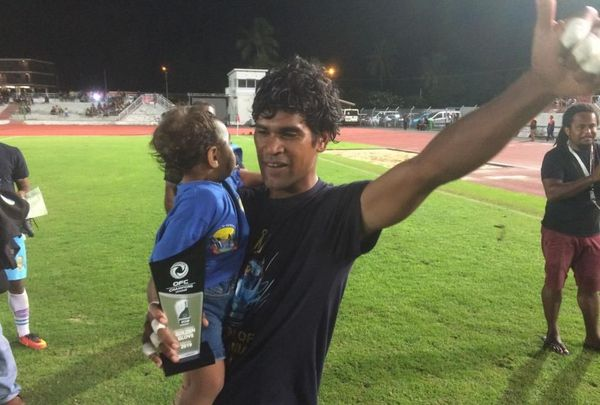 Rocky Nyikéïne et son enfant fêtent une victoire inoubliable.