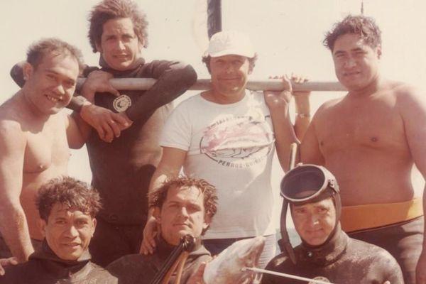 Jean-Claude Bourdelon (au centre avec la casquette), entouré des nombreux champions qu'il a coachés.