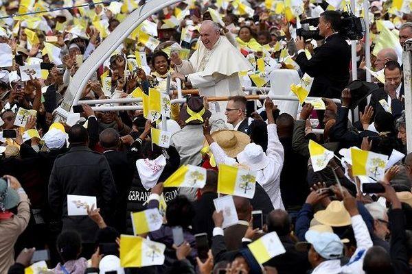Le pape François à son arrivée sur le site de Soamandrakizay pour la grande messe.