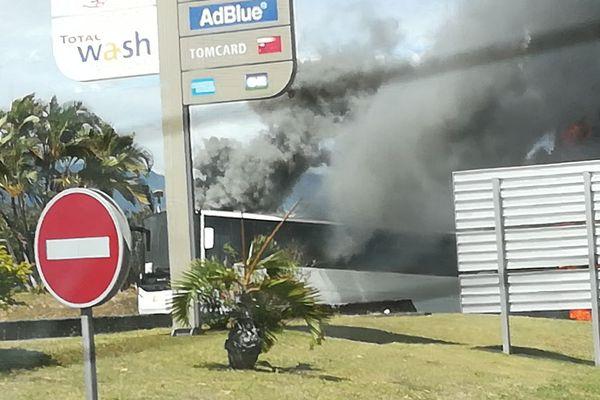 Un autobus a pris feu à la station service de la Ravine des Chèvres