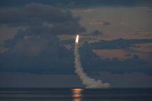 Tir d'un missile de croisière à partir d'un sous-marin nucléaire d'attaque de l'US NAVY.