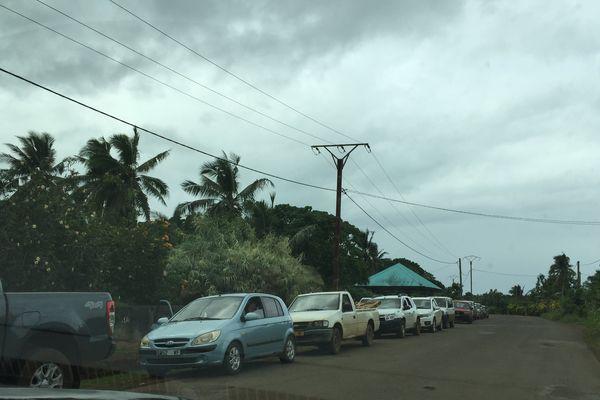 file de voiture devant la station de Falaleu