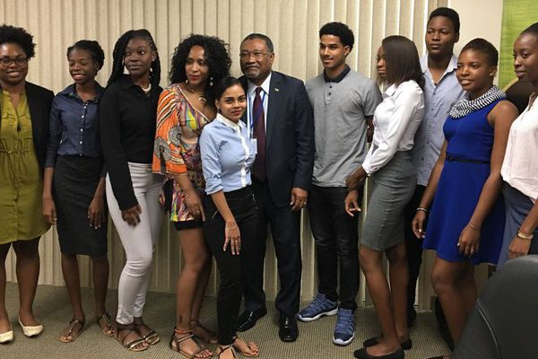 Les stagiaires avec l'ambassadeur du Guyana à New York