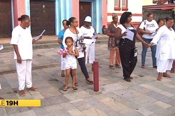Manifestants devant église