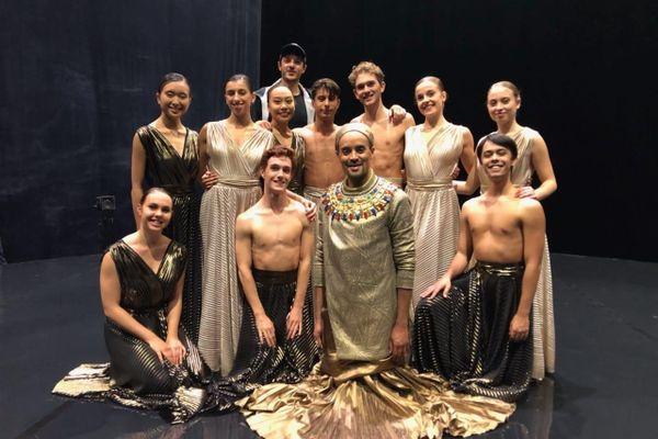 Fabrice Di Falco entouré de la troupe du spectacle