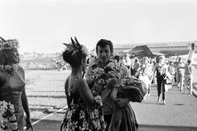 """Jean-Paul Belmondo à son arrivée le 22 avril 1966 à Tahiti pour le tournage de scènes du film """"Tendre voyou""""."""