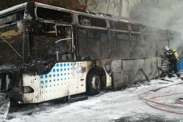 Incendie bus : pompiers neige carbonique
