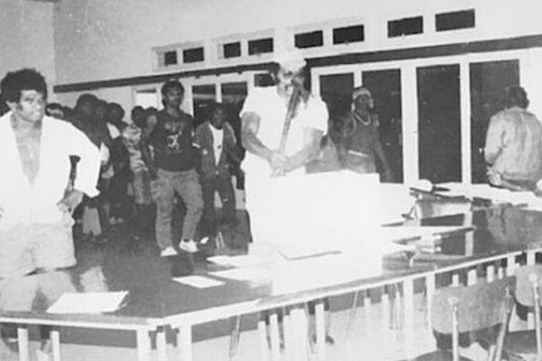 Eloi Machoro brisant l'urne
