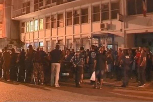 Les policiers rassemblés devant le commissariat de Cayenne