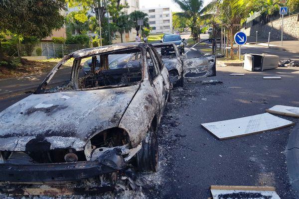 Ce matin, les carcasses de voitures fument encore près de l'allée des Cocotiers dans le quartier des Camélias, à Saint-Denis.