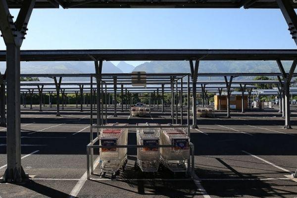 Le parking désert d'une grande surface à La Réunion (photo d'illustration).