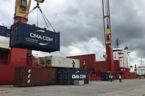 déchargement des containers par les dockers du GPM de la Guyane