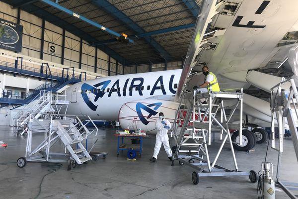 Préparation départ évasan dans le hangar de Air Austral