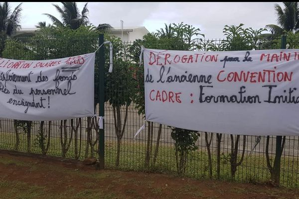 Banderoles grève FO enseignement