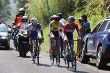 Thomas Bonnet (à droite), Stefan Bennett (au centre) et Luis Guillemo Mora Ramirez lors de la 6e étape du Tour cycliste de Guadeloupe au sommet des deux Mamelles