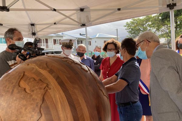 Visite ministre du Logement Emmanuelle Wargon et Juliana M'Doihoma centre artisanal du bois La Rivière Saint-Louis 290621