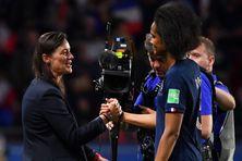 Wendie Renard et Corinne Diacre se serrent la main pendant la Coupe du Monde 2019.