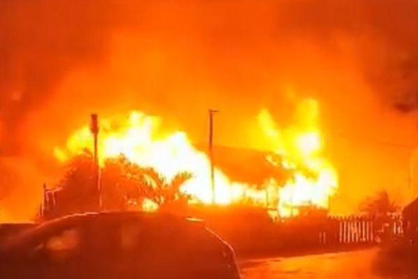 Case en feu à la Ravine à Malheur