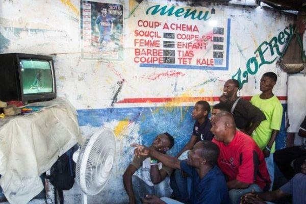 Haiti: les chanceux ont un televiseur et du courant