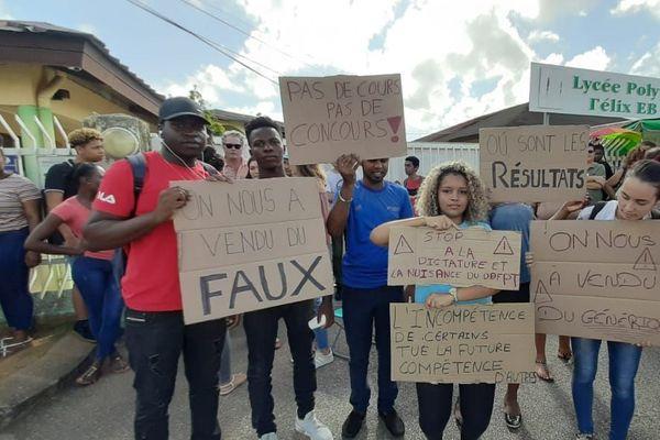 Mobilisation des élèves de classe préparatoire devant le lycée Félix Eboué 1er octobre 19