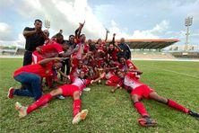 La joie des joueurs du Golden Lion de Saint-Joseph champion de football de R1 (Samedi 19 juin 2021)