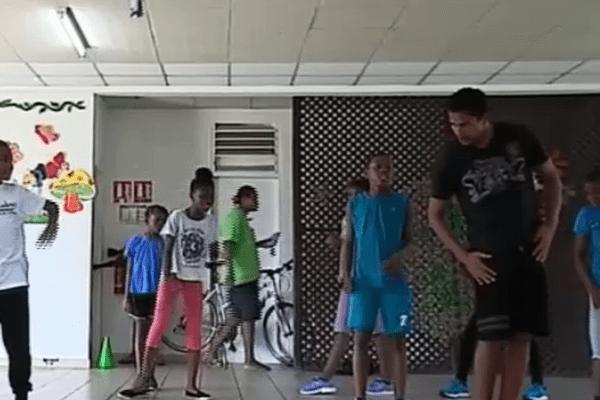 Jeunes élèves ainsi que leur professeur de danse à Mirza