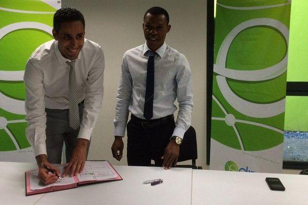 signature de la 1ère  concention sur les écalirages solaires entre EDM et la mairie de Koungou