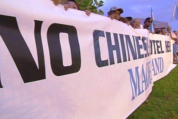 Des manifestants UPLD contre le projet du complexe hôtelier à Atimaono