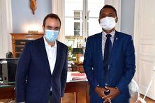 Le ministre des Outre-mer, Sébastien Lecornu (à gauche) et le vice-président de la Polynésie française, Tearii Alpha (à droite).