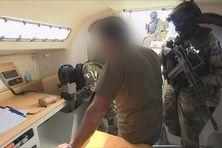 Simulation d'arrestation de trafiquants de drogue en mer des Caraïbes par l'unité spéciale des forces armées françaises
