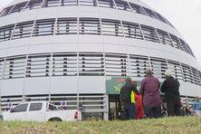 Personnel devant le siège de Groupama.