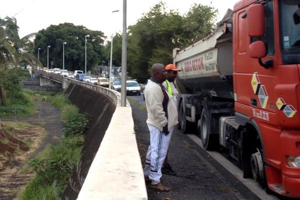 Camion en panne pneu crevé