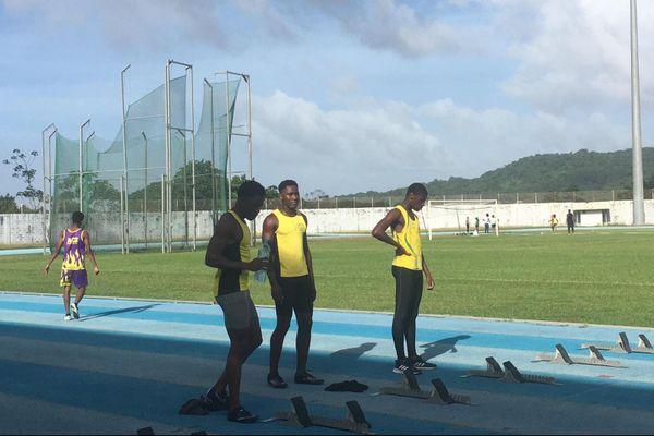 Les athlètes sur la piste du stade Edmard Lama à Rémire-Montjoly