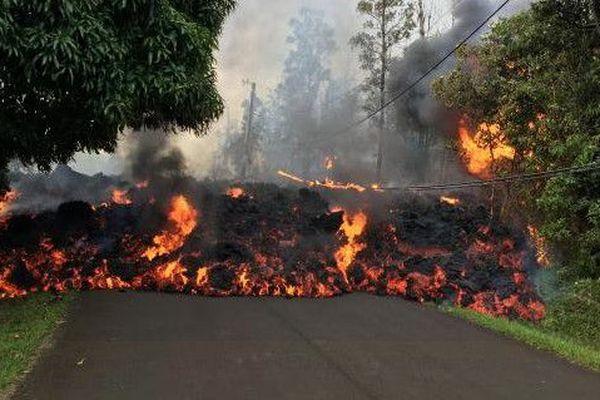 Une dizaine de lézardes laissant échapper de la lave et du gaz se son ouvertes sur les flancs du volcan