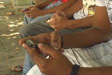 Des utilisateurs qui naviguent sur leur téléphone portable
