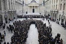 Hommage aux victimes des attentats à La Sorbonne