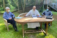 Monseigneur David Macaire (au centre) et ses collaborateurs.