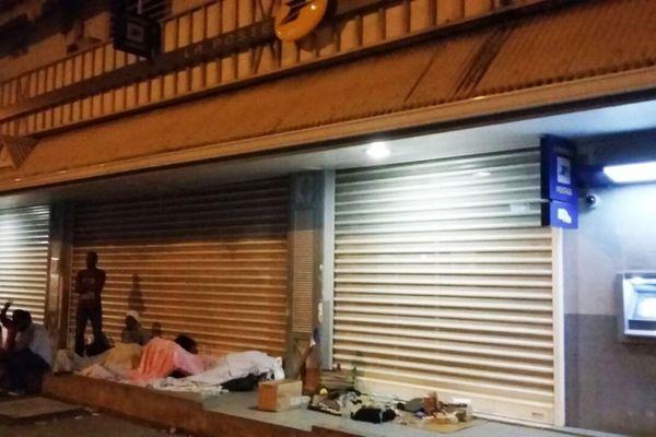 Migrants dormant à même le sol dans l'attente de l'ouverture de La Poste