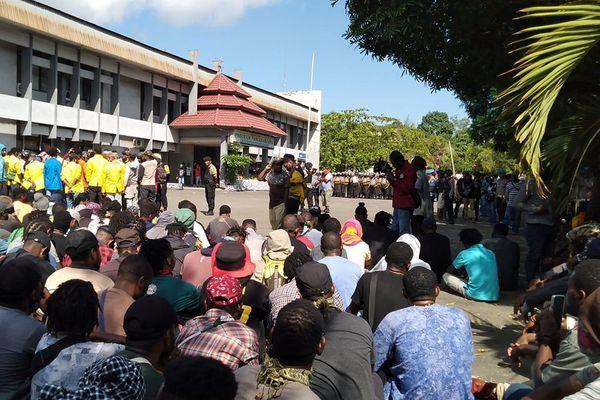 Manifestation devant une université, à Jayapura, Papouasie.