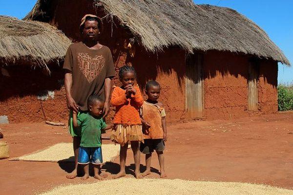 famille dont la mère est morte de la peste à Madagascar