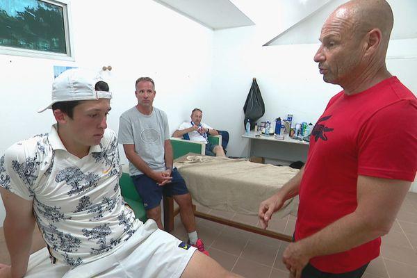 Debriefing du match pendant la séance de soins entre Mayot et son entraîneur Thierry Tulasne.