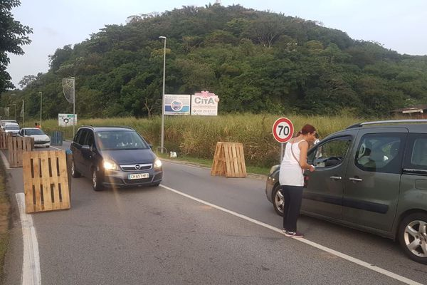 Kourou : barrage filtrant des professeurs du lycée Monnerville, à l'entrée et la sortie de la ville