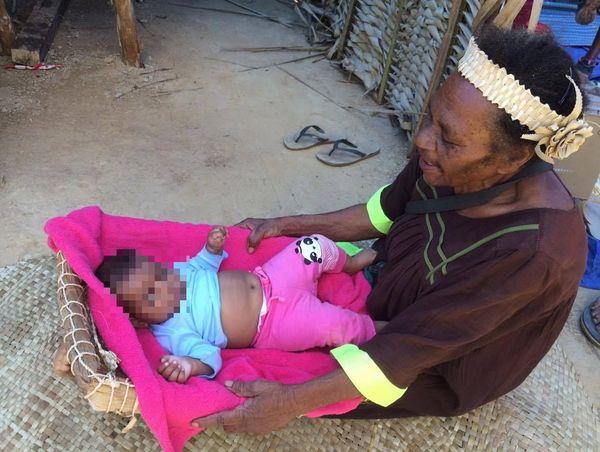 Berceau traditionnel et bébé