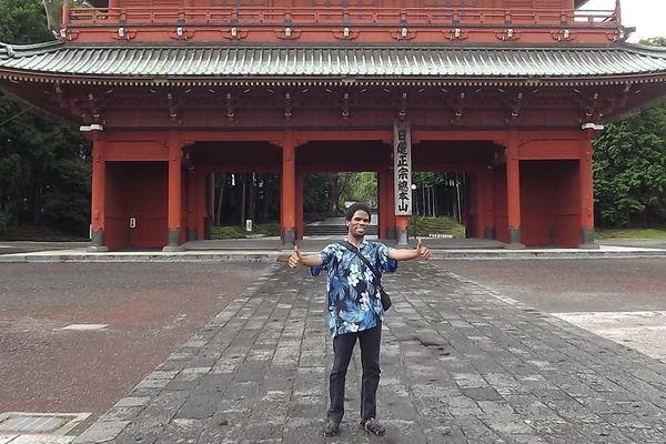"""Gérald René-Corail, """"Un Martiniquais au Japon"""" devant un temple près de Fujinomiya"""