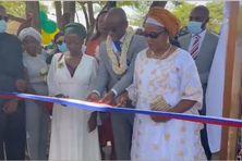 Le maire Ambdilwahedou Soumaïla (avec l'écharpe) coupe le ruban en présence de Zouhouria Binti Mouayad, 3e vice-présidente du conseil départemental (à gauche) et une membre de la famille d'Amina Oili.