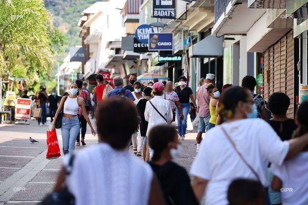 coronavirus covid rue pietonne masque population